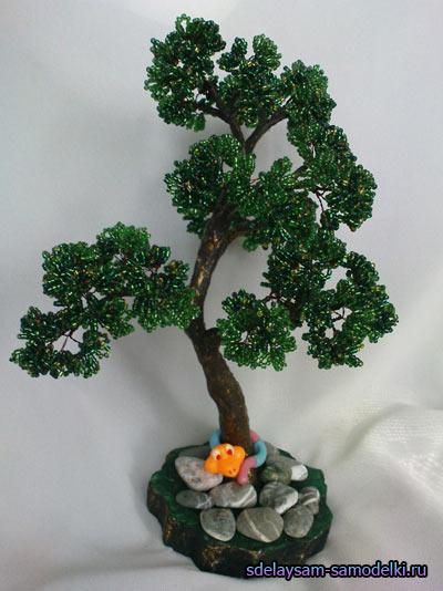 Создаются крошечные деревья из бисера