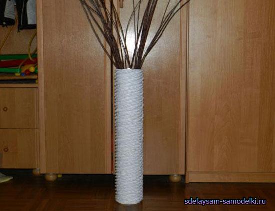 Все что понадобится для создания напольной вазы - это четыре баночки из-под детского питания (молочной смеси)...